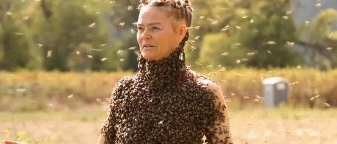 Você teria coragem? Mulher dança com 12 mil abelhas cobrindo seu corpo
