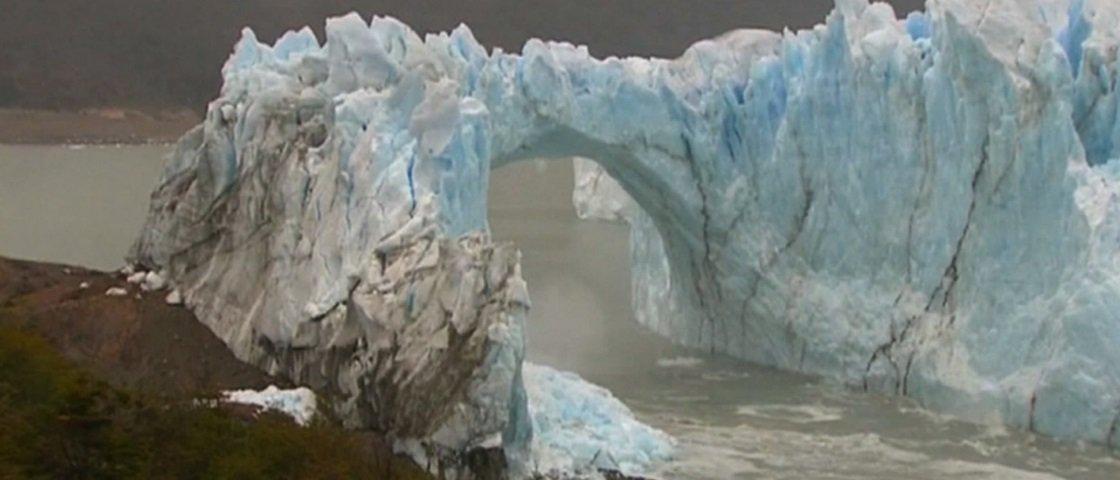 Veja uma enorme ponte de gelo desabar na Argentina [vídeo]