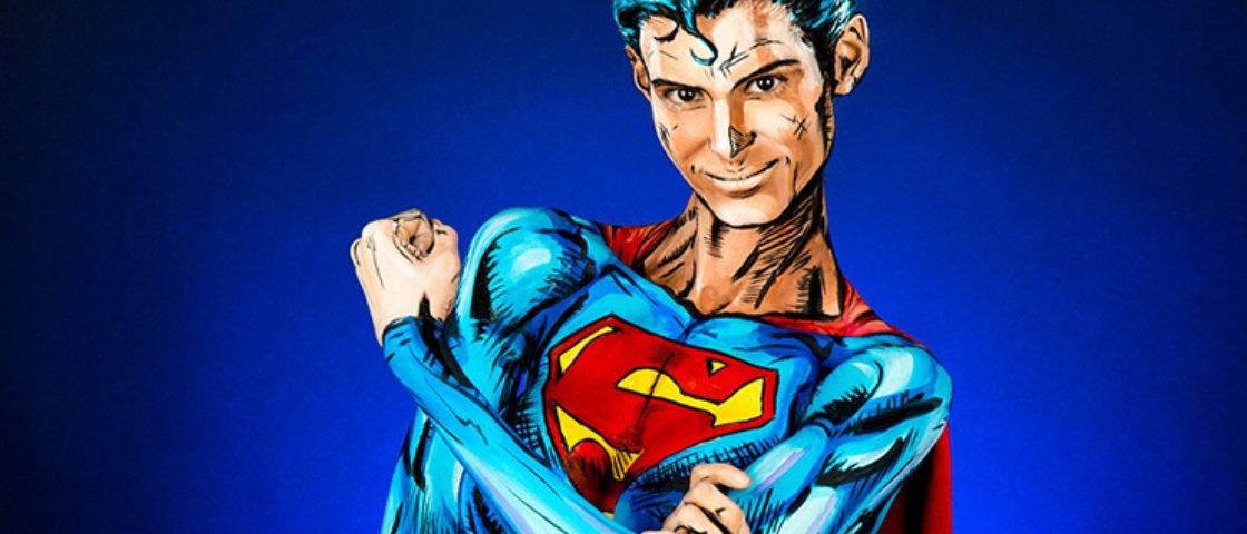 Veja esta mulher se transformar no Super-Homem apenas com pintura corporal