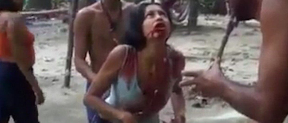 Em vídeo chocante, garota vomita sangue enquanto é supostamente exorcizada