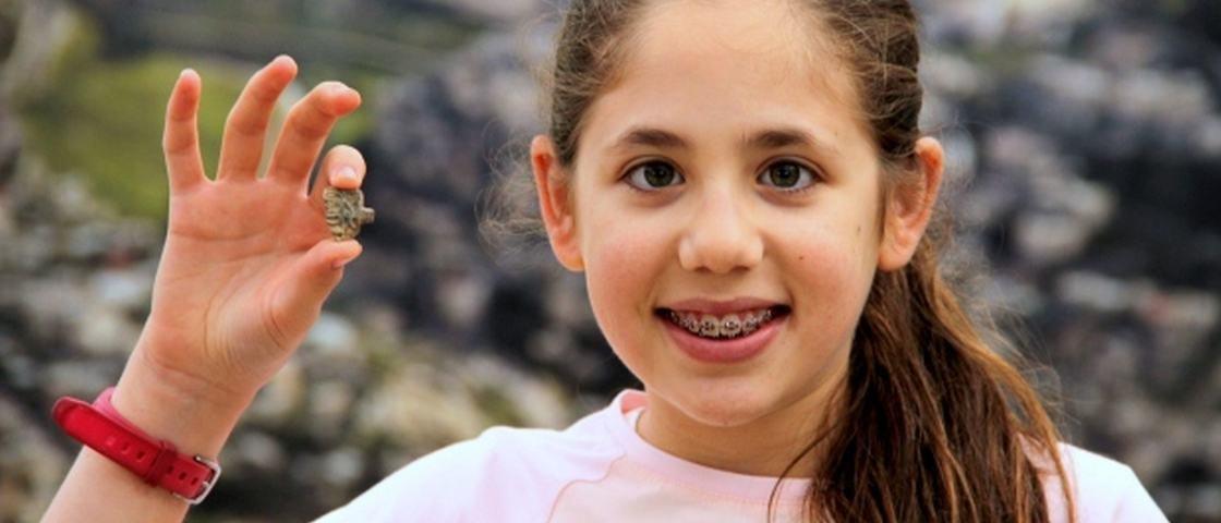 Durante escavação, menina de 8 anos encontra amuleto do tempo dos faraós