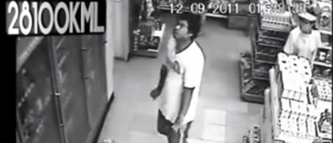 Diabólico: câmera registra homem possuído em loja de conveniência