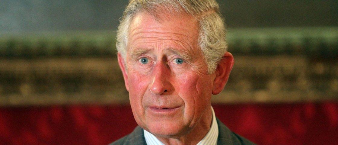 Será? Tabloide mostra Príncipe Charles supostamente beijando um rapaz