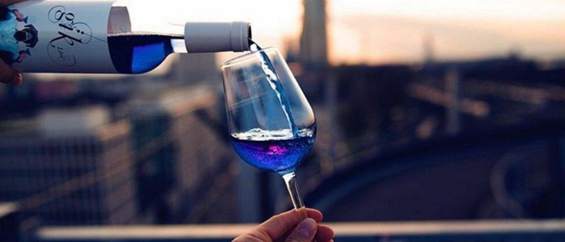 Nem tinto, nem branco, nem rosé: vinho agora só se for azul!