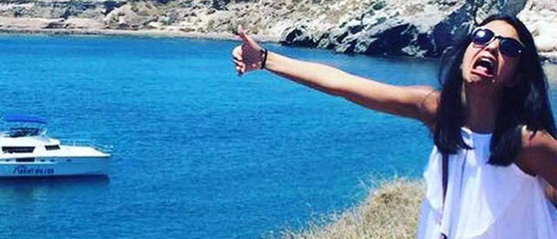 Mulher tira fotos hilárias ao passar lua de mel sem o marido na Grécia