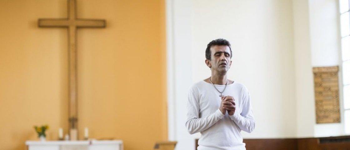 Medo leva milhares de refugiados muçulmanos a se converterem em cristãos