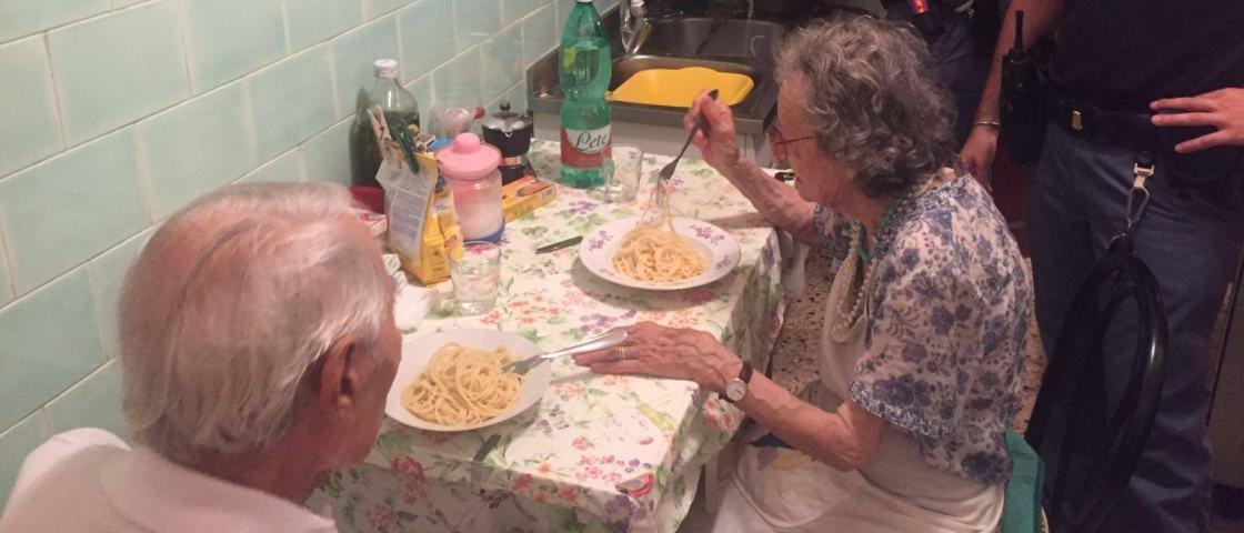 Policiais cozinham para idosos depois de ligação reclamando de choro em apê