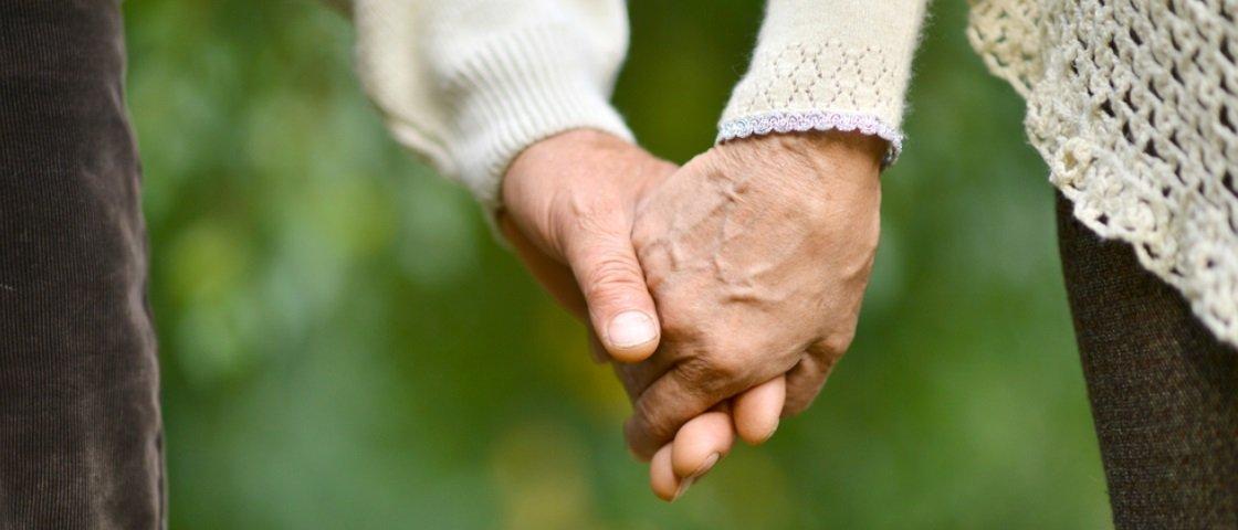 Idosos casados há 63 anos morrem juntos em asilo, de mãos dadas
