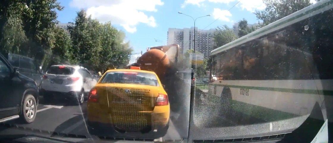 Deu ruim: caminhão de esgoto explode na Rússia e enche rua de excremento