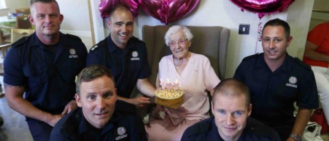 Mulher faz 105 anos e pede bolo entregue por um bombeiro bonito e tatuado