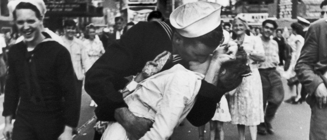 Conheça a história por trás de um dos beijos mais famosos do planeta