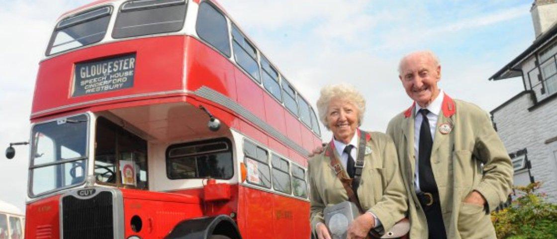 Homem presenteia esposa com ônibus onde se conheceram há 60 anos
