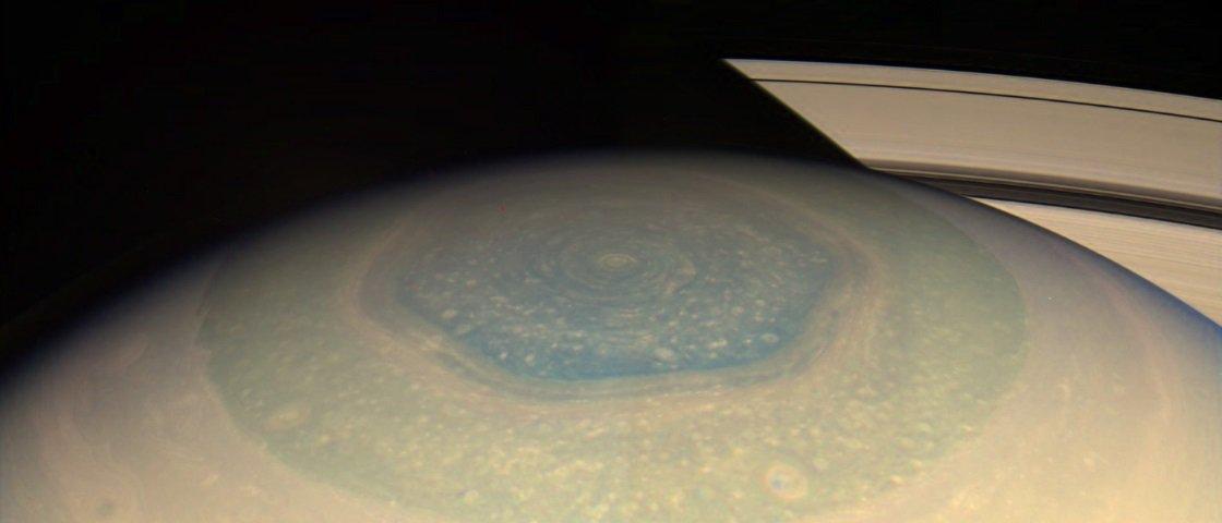 Uma enorme área de Saturno mudou de cor e ninguém sabe direito o motivo