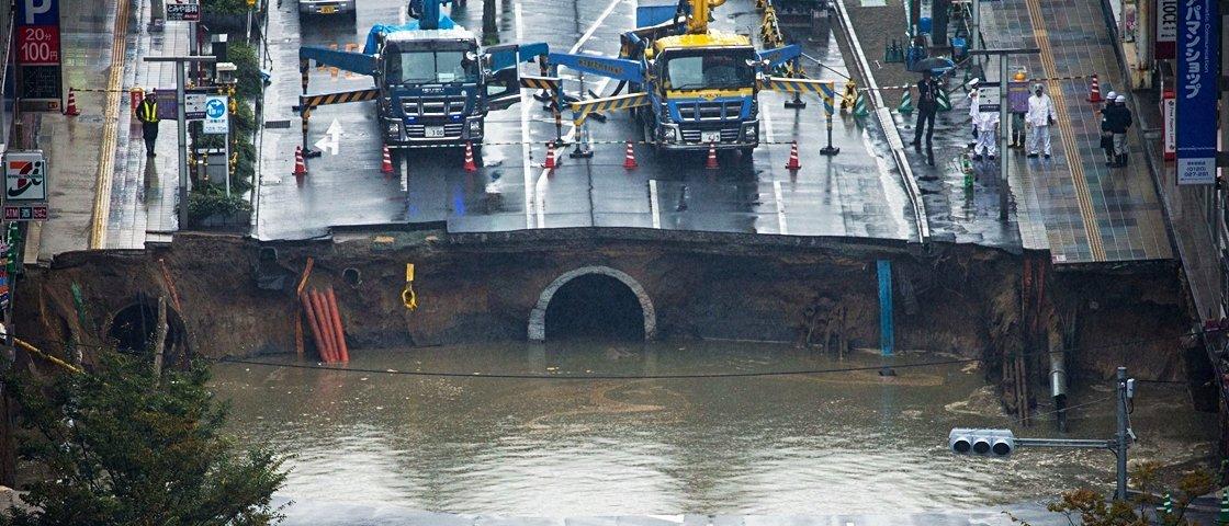 Cratera gigante engole rua e provoca transtornos no Japão