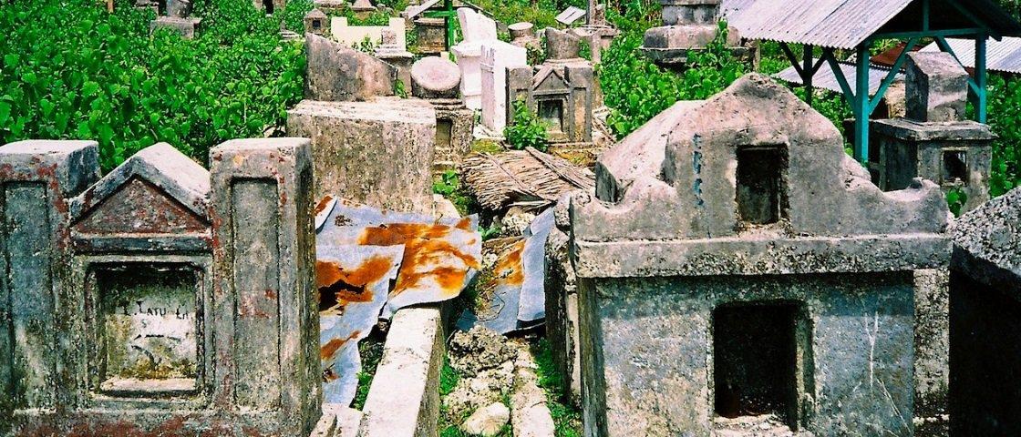 Sinistro: corpo tatuado com feitiço é exumado em antigo cemitério tailandês
