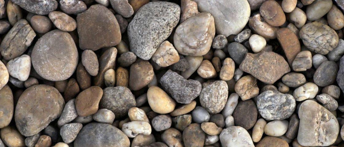 Presentaço de Natal para inimigo secreto: uma pedra embrulhada em couro