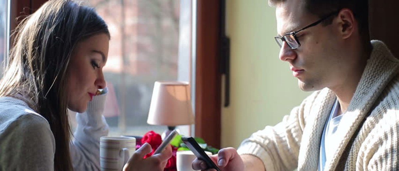 Ficar usando celular durante 'primeiro encontro' não pega bem, diz pesquisa