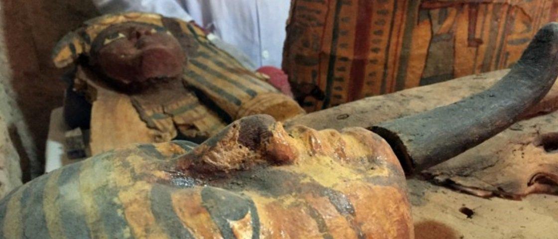 Descobriram uma tumba repleta de múmias e artefatos no Egito