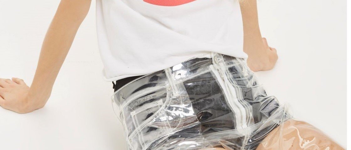 Calça jeans de plástico transparente é algo que existe de verdade