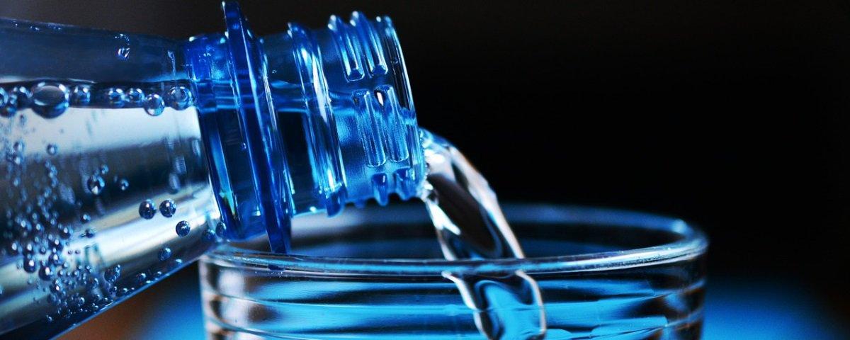 De onde surgiu o papo de que devemos tomar 8 copos de água por dia?