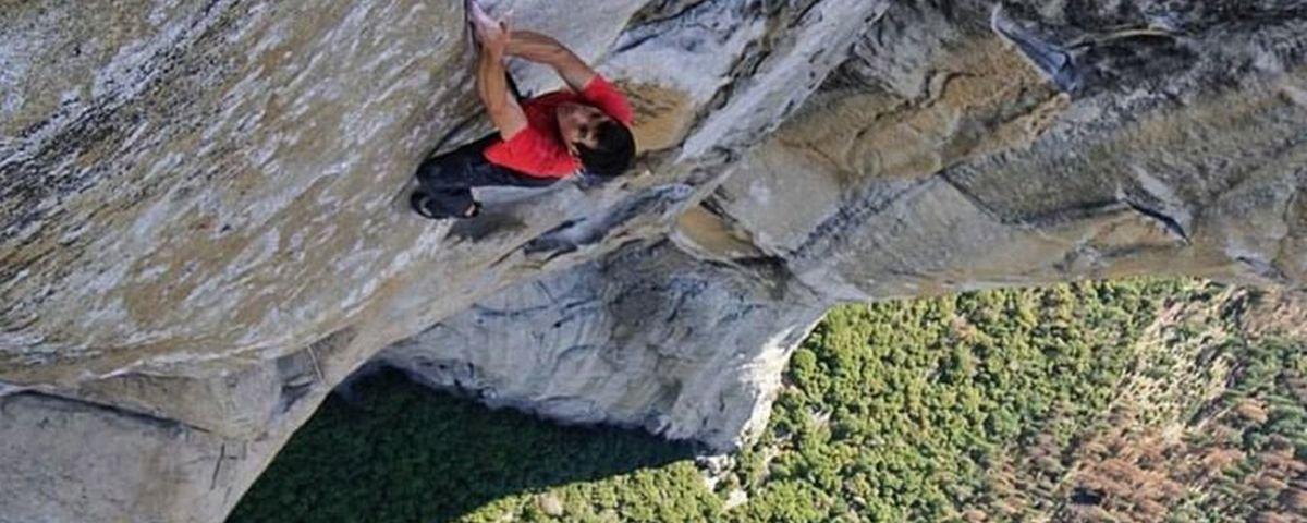 Alpinista desafia a morte e é o primeiro a escalar paredão só com as mãos