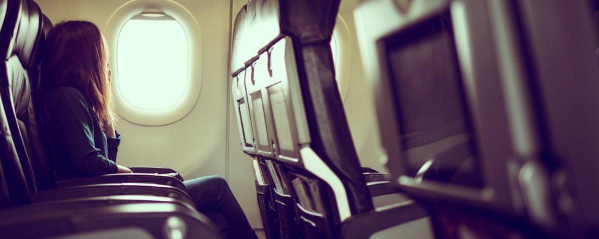 Por que os bancos do avião ficam na vertical durante pousos e decolagens?