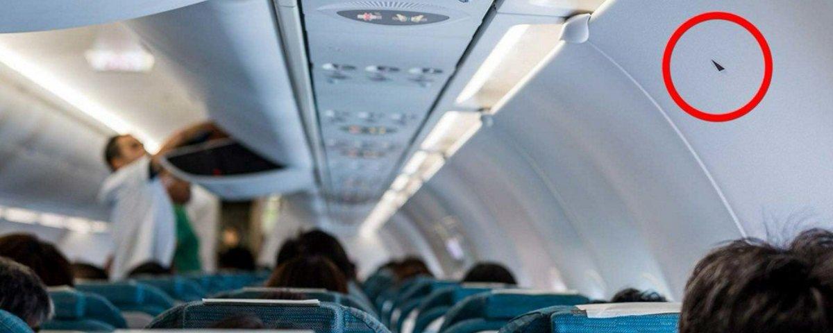 Você já notou uns triângulos que existem perto de alguns assentos de avião?