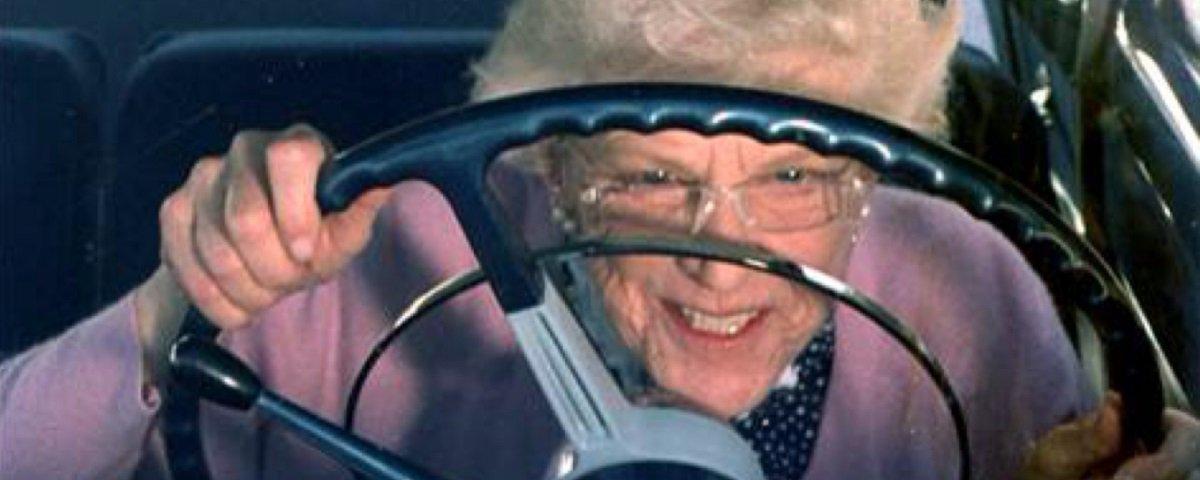 Com insônia, idosa decide dar voltinha de carro e é pega a mais de 230 km/h