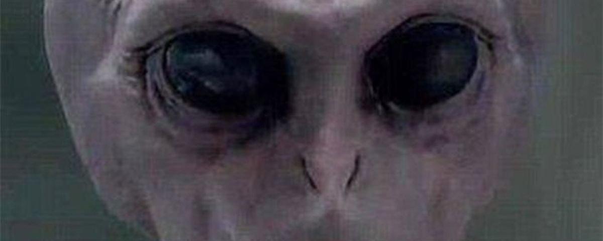 Aliens injetam álcool em homem, o mandam ao passado e ele é preso