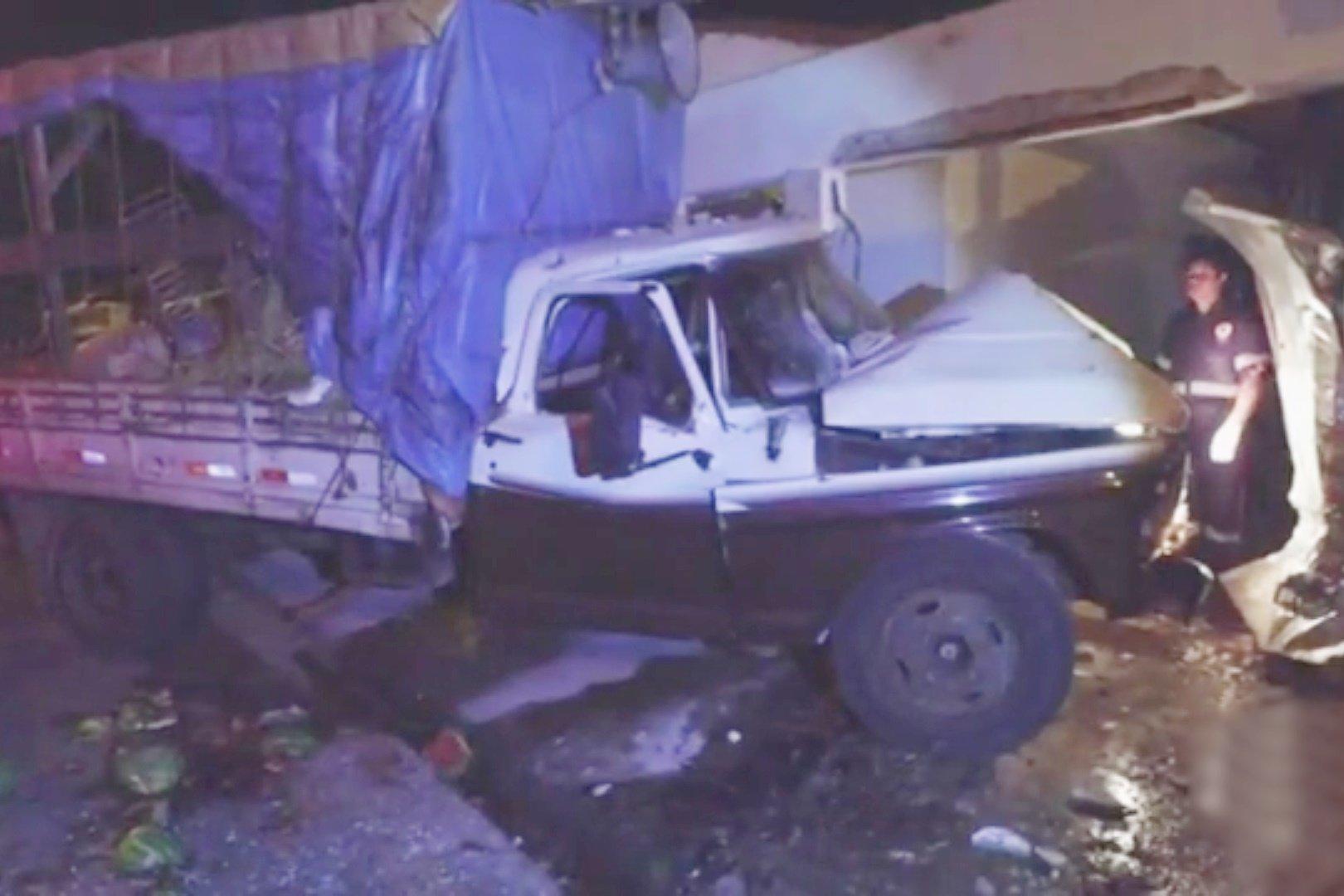 """Maluco invade casa com caminhão depois de """"ser ofendido"""" em rede social"""