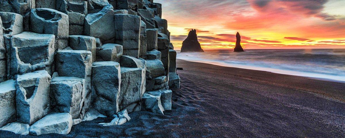 Por que a faixa de areia desta praia na Islândia é preta?