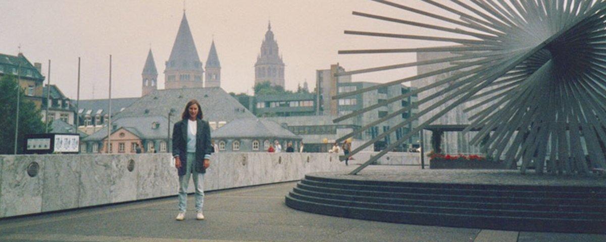 Mulher volta aos mesmos lugares 30 anos depois e recria fotos antigas