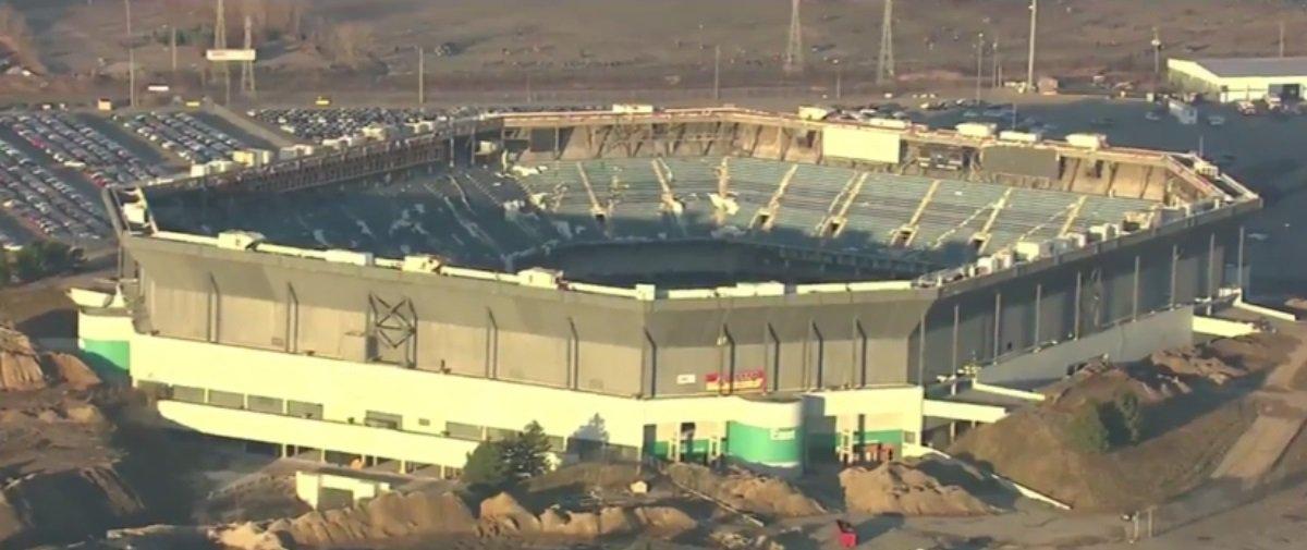 Isto é o que NÃO deveria acontecer durante a implosão de um estádio