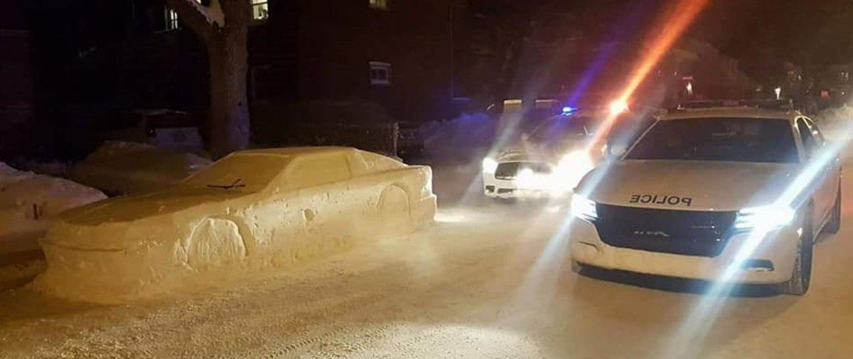 """""""Artista"""" esculpe réplica de carro com neve e trolla policiais no Canadá"""
