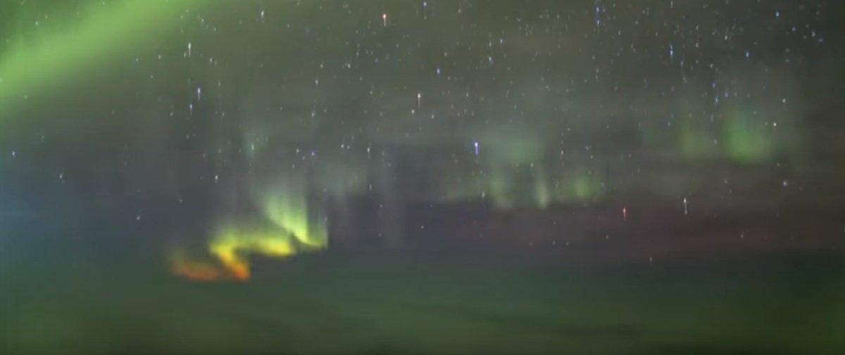 Cara viaja à Islândia para observar a aurora boreal e vê isto durante o voo