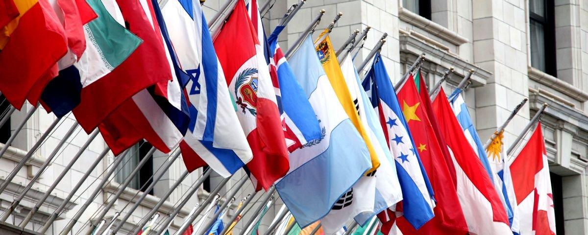 Você já reparou que não existe bandeira de país na cor roxa?