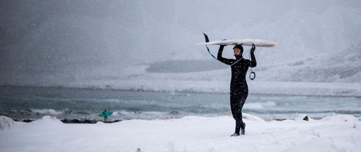Estas fotos de malucos surfando em temperaturas congelantes são de arrepiar
