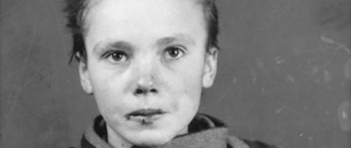 Artista coloriza foto de prisioneira de Auschwitz e o resultado é comovente