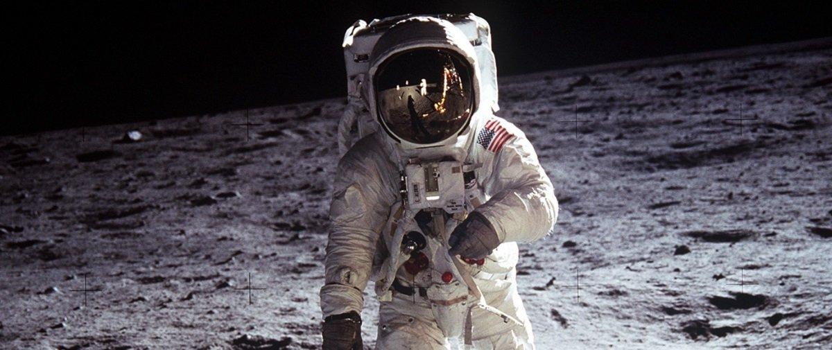 Veja uma porção de imagens de astronautas tropeçando e caindo na Lua