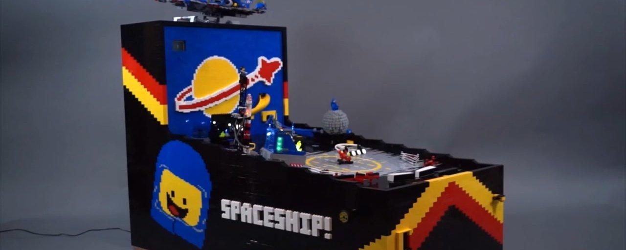 Youtuber usa 15 mil peças para criar uma máquina de pinball feita de LEGO