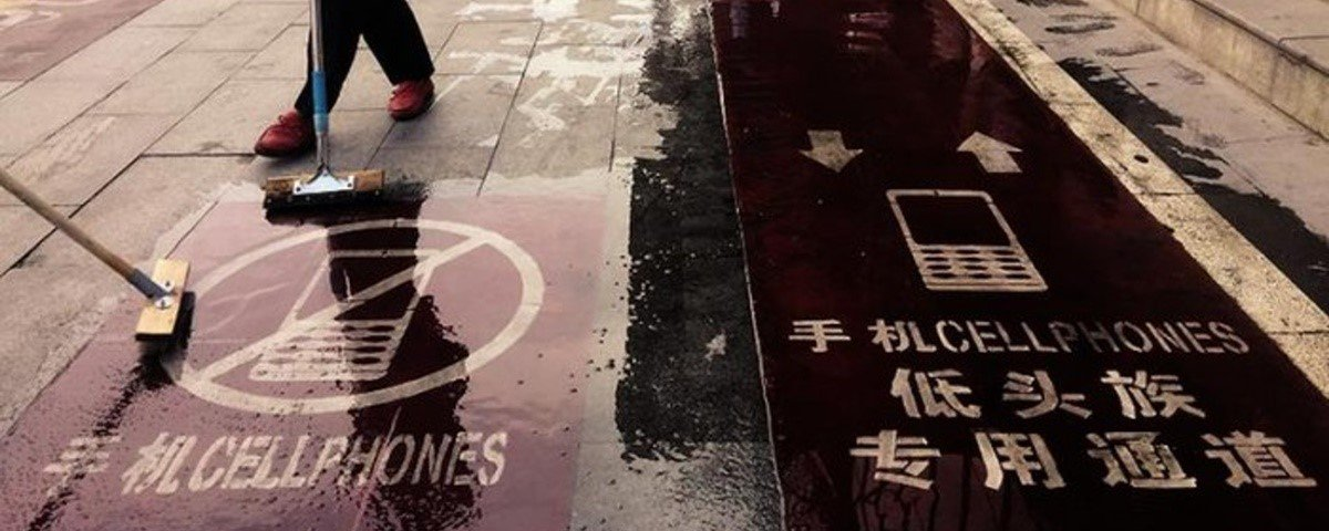 Cidade chinesa tem calçada exclusiva para quem anda olhando o celular