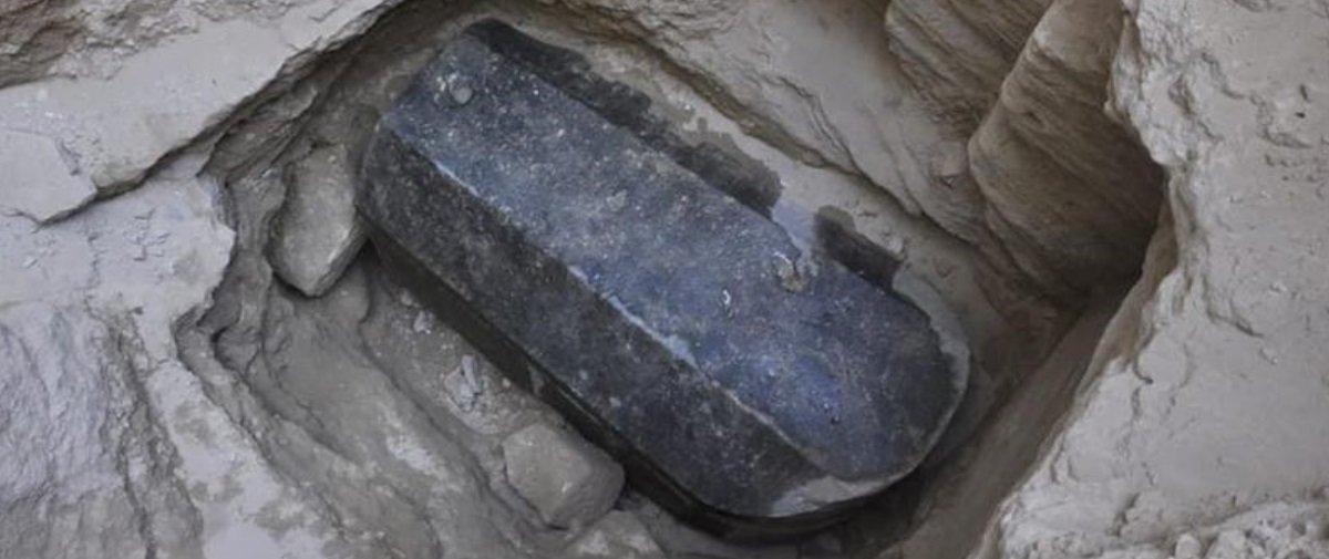 Resultado de imagem para Enorme sarcófago negro descoberto no Egito