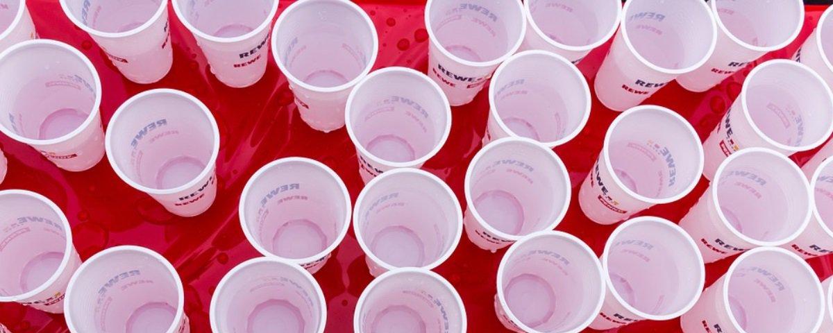 Saiba por que tomar café em copos plásticos pode ser perigoso