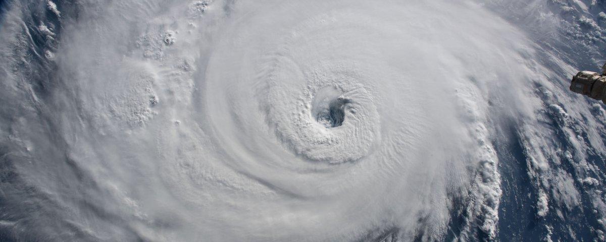Previsão do tempo com efeitos especiais mostra a força do furacão Florence