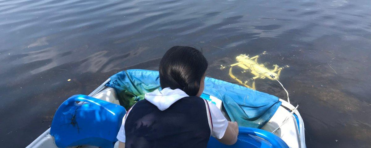 Menina de 12 anos cria robô para recolher resíduos plásticos na praia