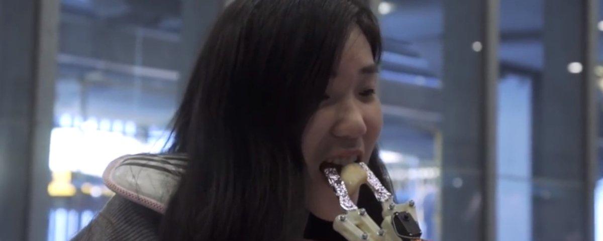 Braço-robô leva comida até a sua boca e transforma a refeição em um jogo