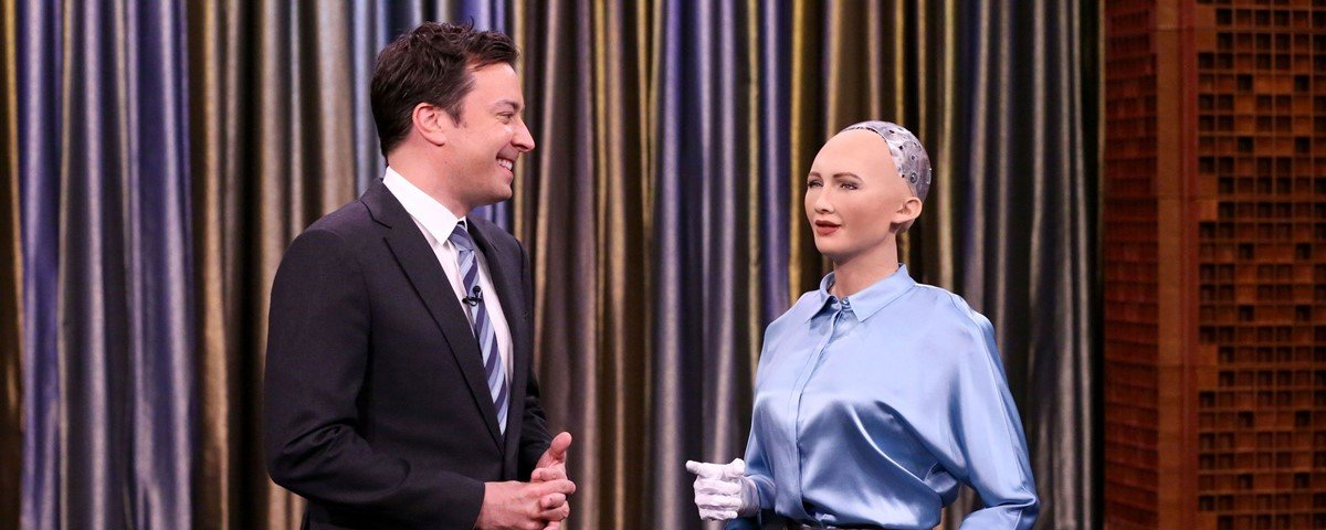 Apresentador Jimmy Fallon canta Christina Aguilera em dueto com robô Sophia