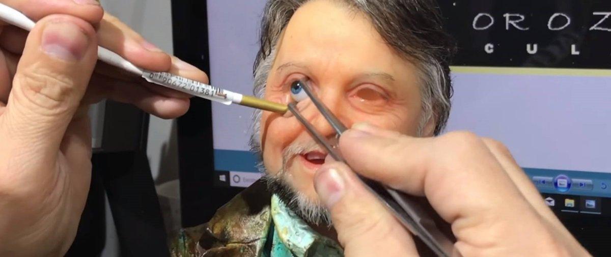 Ver este escultor mexer em suas obras hiper-realistas é muito perturbador