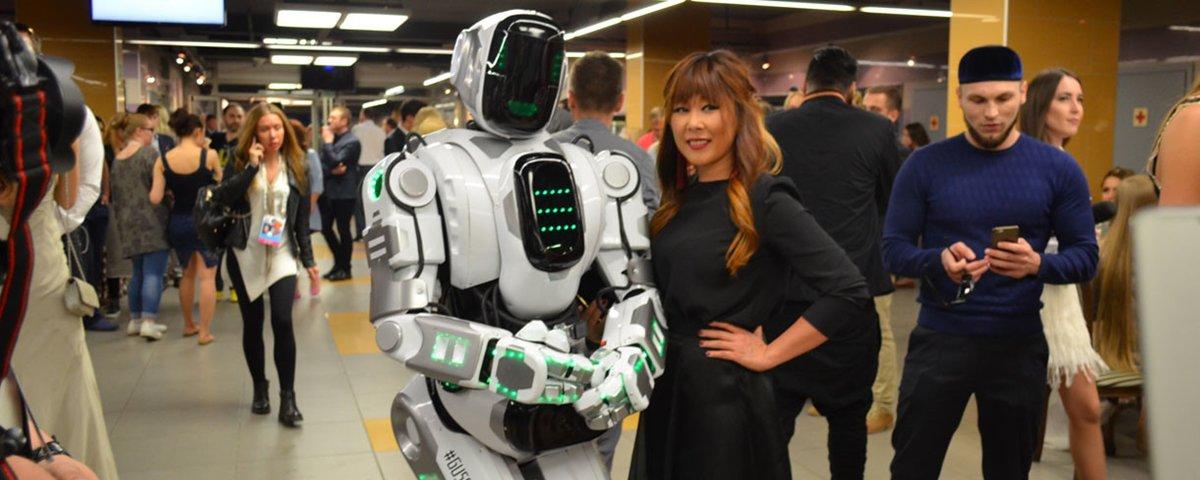 Tem Na Web - Robô apresentado em TV russa era, na verdade, uma pessoa fantasiada