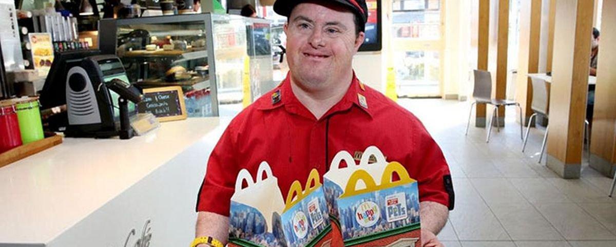 Tem Na Web - Homem com Síndrome de Down se aposenta após 32 anos no McDonald?s